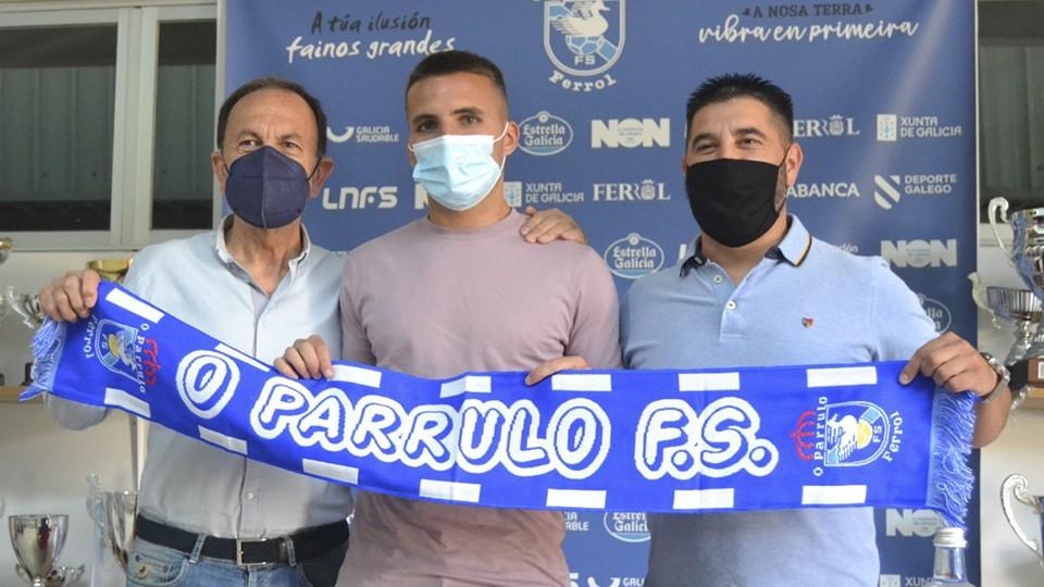 Julio Martínez (izq.), presidente de O Parrulo Ferrol, junto al jugador Kevin Chis (centro) y el director deportivo Iván López.