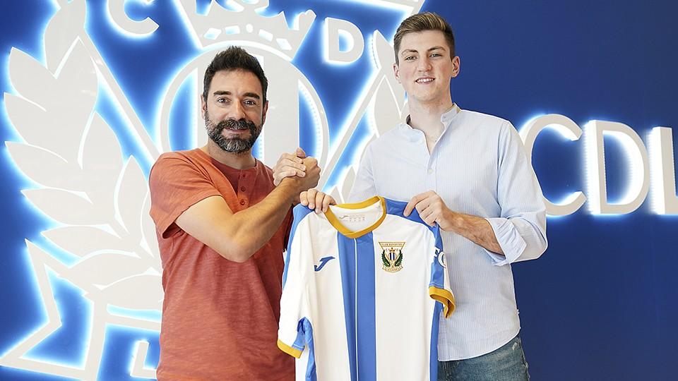 Juanma, junto al Director Deportivo  Andrés Parada, durante su presentación como nuevo jugador del CD Leganés.