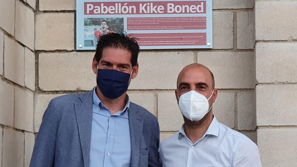 Kike Boned posa junto a Eliseo García Cantó, alcalde de Molina de Segura.