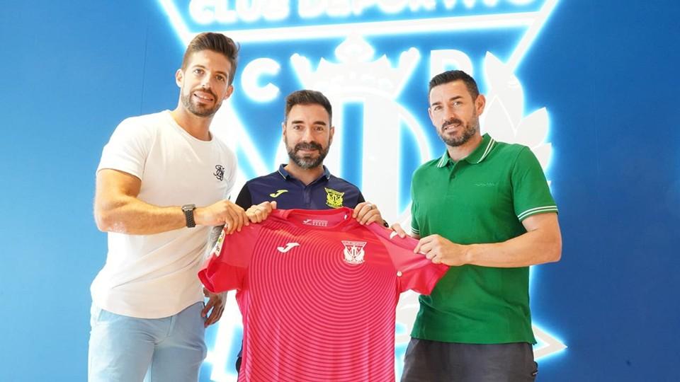 Los jugadores del CD Leganés FS Nacho Pedraza y Mimi posan junto al director deportivo Andrés Parada.