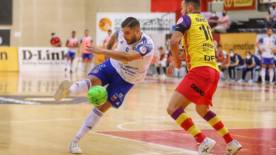 Juanqui, jugador del Fútbol Emotion Zaragoza, dispara ante Marlon, del Palma Futsal.
