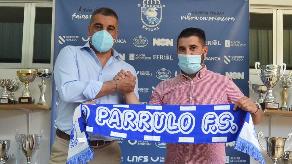 Óscar Vigo, nuevo entrenador de O Parrulo Ferrol, junto al director deportivo del club, Iván López.