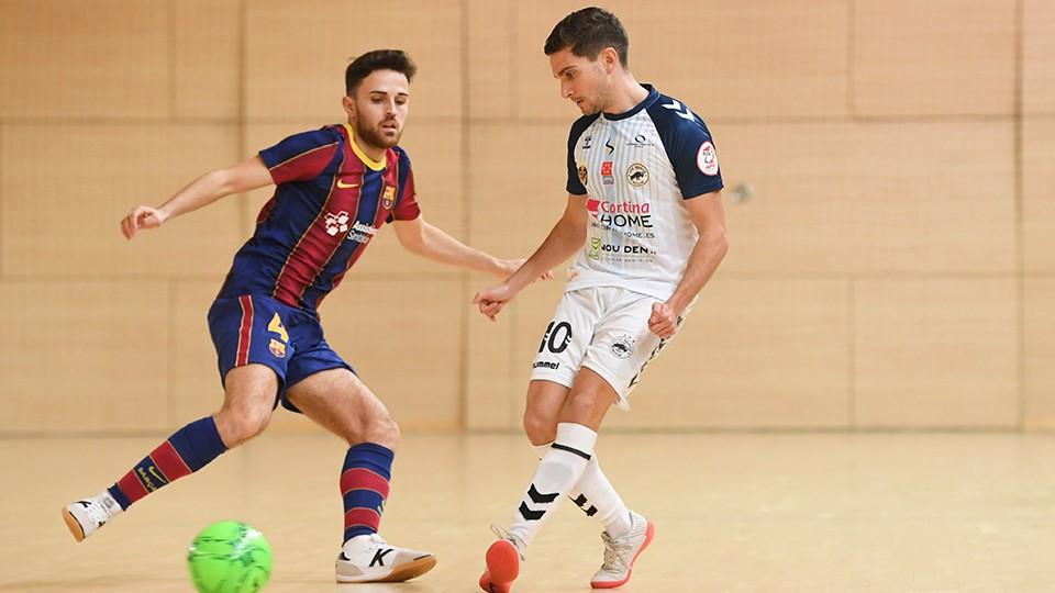 Lorca, jugador de Bisontes Castellón, ante Mario, del Barça B.