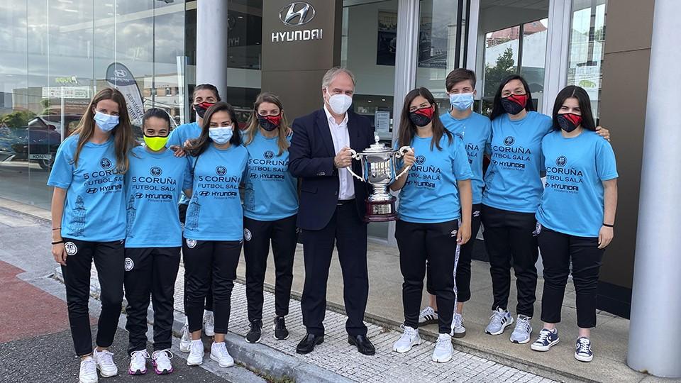 Hyupersa-Finisterre Motor homenajea al equipo femenino de la Academia Red Blue 5 Coruña