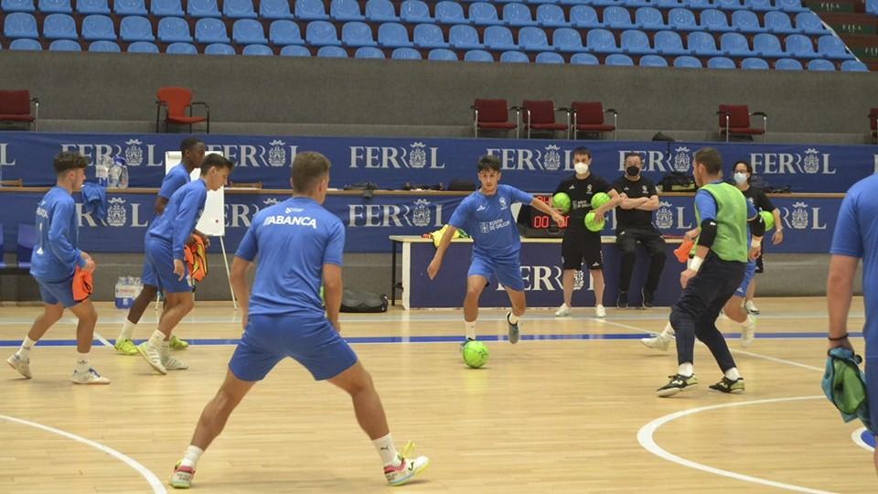 Los jugadores de O Parrulo Ferrol , durante un entrenamiento de pretemporada.