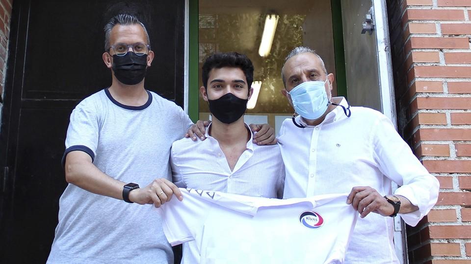 David Madrid, entrenador del Rivas Futsal, posa junto a Koke y el presidente del club Luis Moreno.