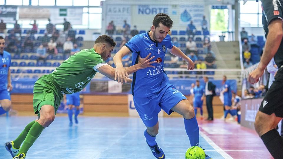 Juanan, jugador del Viña Albali Valdepeñas, protege el balón. (Foto: ACP-FSV)