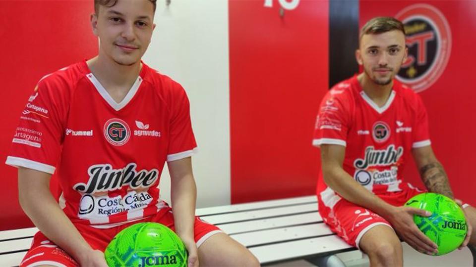 Los juveniles Iván Inglés y Pablo Gallego posan con la camiseta del Jimbee Cartagena.