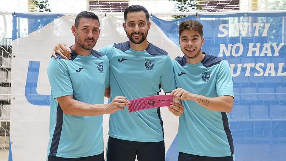 Mimi, Palomares y Dela posan con el brazalete de capitán del CD Leganés FS.