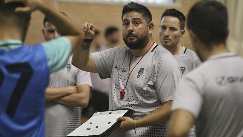 Josan González, entrenador del Córdoba Patrimonio de la Humanidad, da instrucciones (Fotografía: Edu Luque)