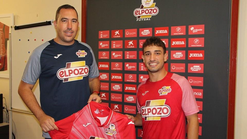 Javier Uceda, entrenador de ElPozo Ciudad de Murcia, posa junto al nuevo fichaje Juanmita.