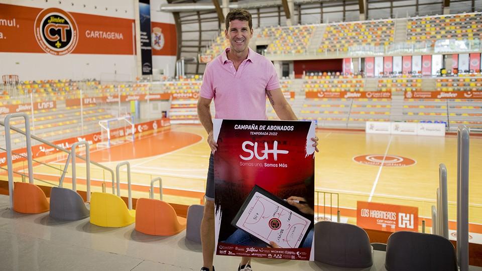 Duda, entrenador del Jimbee Cartagena, posa con el cartel de la campaña de abonados.