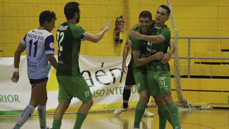 Los jugadores del BeSoccer CD UMA Antequera celebran un gol