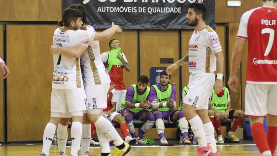 Los jugadores del Noia Portus Apostoli celebran un gol