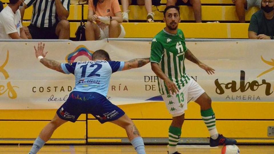 Joselito, del Real Betis Futsal, controla un balón frente a Dani Colorado, del CD El Ejido Futsal