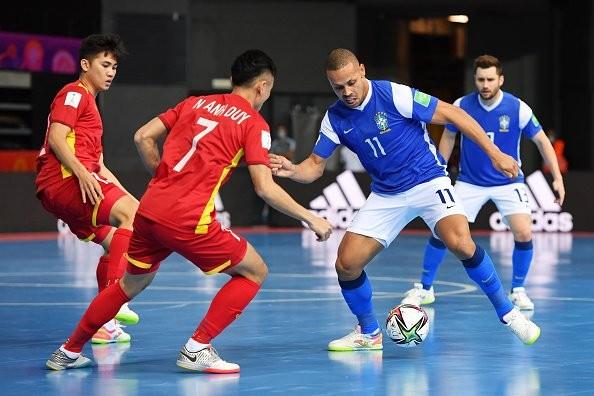 Ferrao, con Brasil, ante Anh Duy, de Vietnam, en el Mundial de Lituania