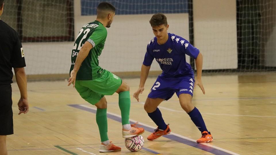 Raúl Canto, del BeSoccer UMA Antequera, controla el balón ante Pablo Muñoz, del Real Betis Futsal B