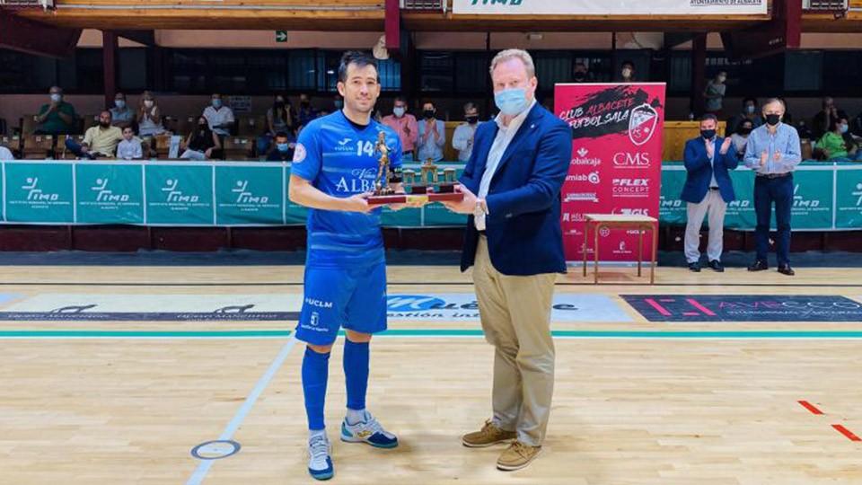 Rafa Rato recibe el trofeo Feria Ciudad de Albacete.