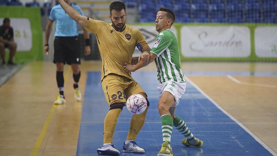 Pedro Toro, del Levante UD FS, controla el balón ante Lin, del Real Betis Futsal