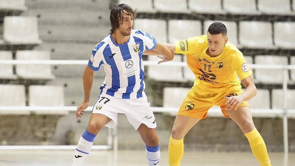 Manu García, jugador del CD Leganés, controla el balón durante un partido