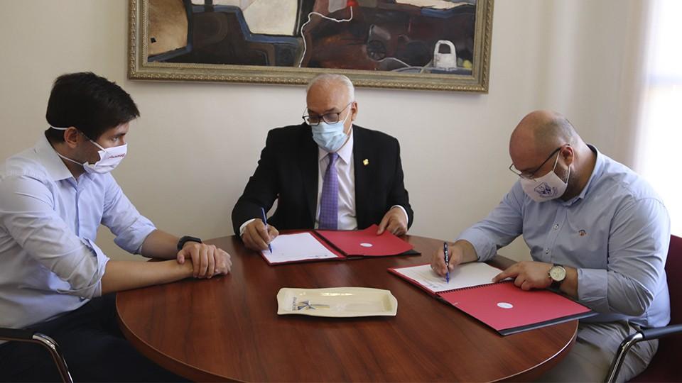 Julián Nieva, alcalde de Manzanares y Manuel del Salto, presidente del Manzanares FS Quesos El Hidalgo, firman el convenio de colaboración.