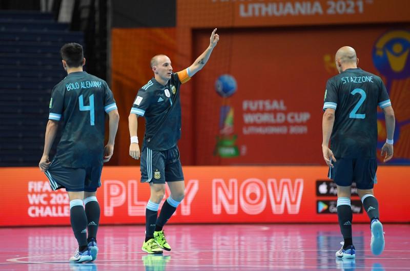 Cuzzolino celebra un gol con la selección de Argentina en el Mundial de Lituania