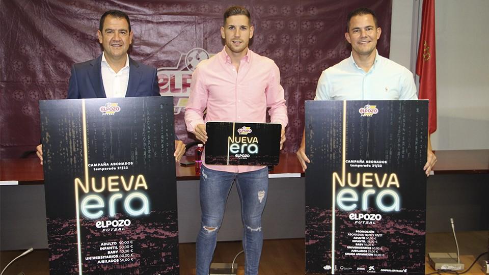 Fran Serrejón, director general, Fernando, jugador, y Vinicius, segundo entrenador de ElPozo Murcia Costa Cálida, posan con el cartel de la campaña de abonos