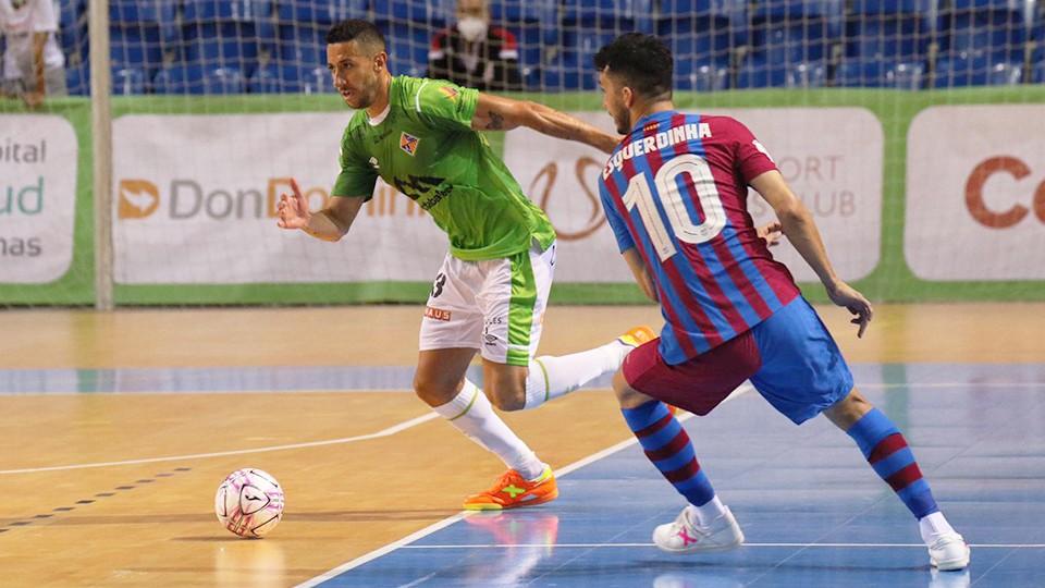 Cainan de Matos, jugador de Palma Futsal, conduce el balón ante Esquerdinha, del Barça