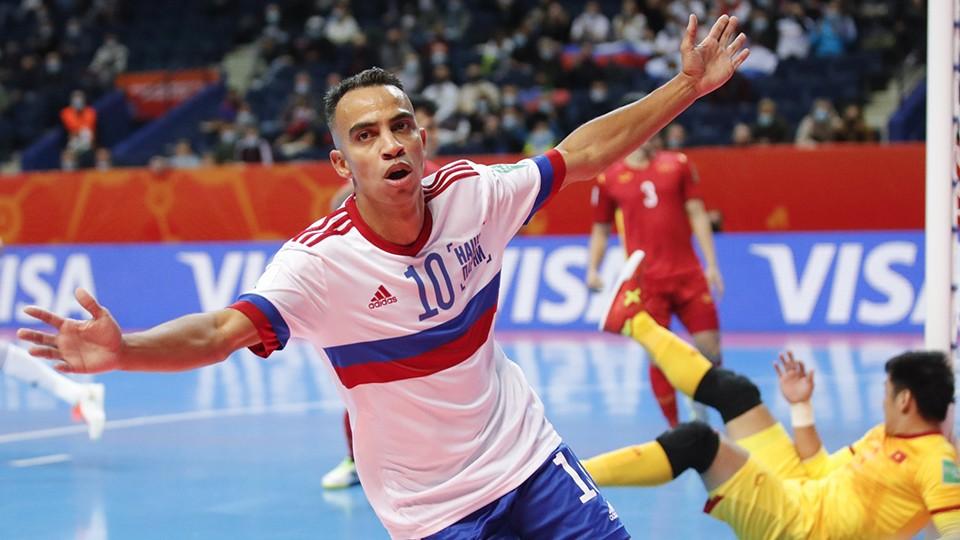 Robinho, de RFU, celebra un gol