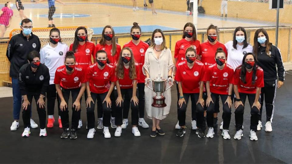 Mónica Martínez, Concejala de Deportes del Ayuntamiento de A Coruña posa junto al equipo femenino de la Academia Red Blue 5 Coruña.