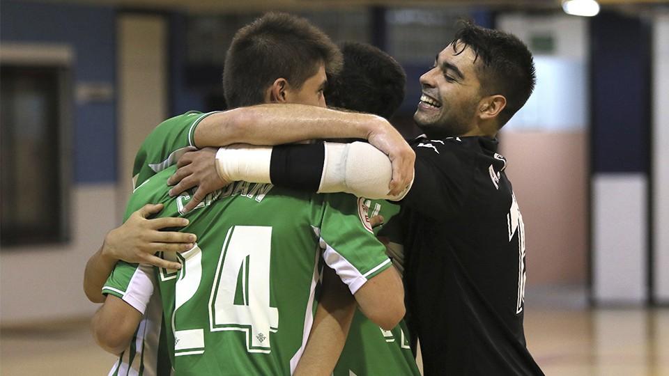 Los jugadores del Real Betis Futsal B celebran un tanto.