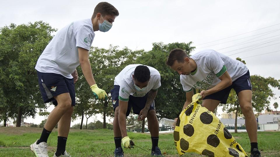 Flethes, Cleber y Lin, jugadores del Real Betis Futsal, participan en una jornada de limpieza organizada por Forever Green.