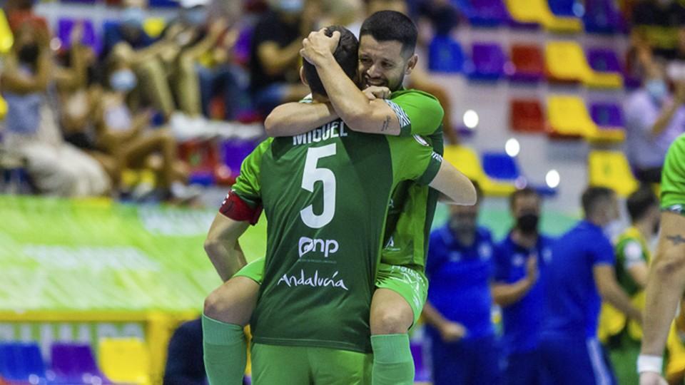 Los jugadores del BeSoccer CD UMA Antequera celebran un tanto
