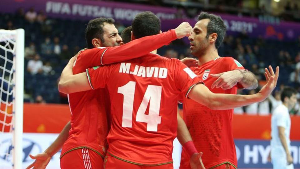 Los jugadores de la RI de Irán celebran un gol