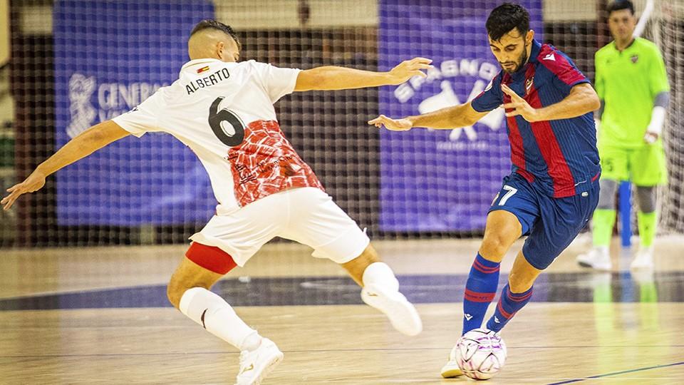 Rubi, jugador del Levante UD FS, ante Alberto García, de ElPozo Murcia Costa Cálida