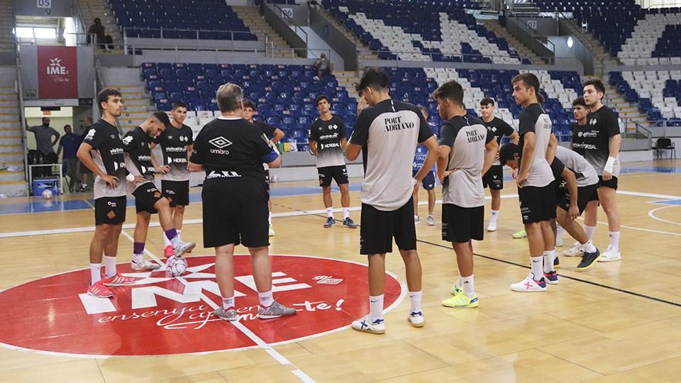 Miquel Vidal, entrenador del Visit Calvià Hidrobal, da instrucciones a sus jugadores