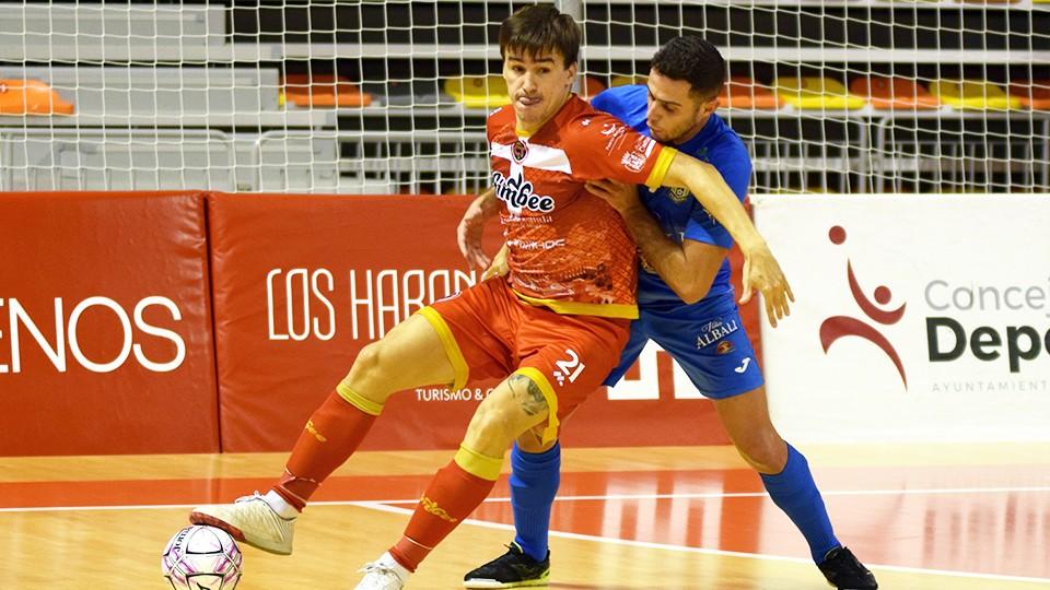 Marinovic, jugador del Jimbee Cartagena, protege el balón ante Xavi Cols, del Viña Albali Valdepeñas.