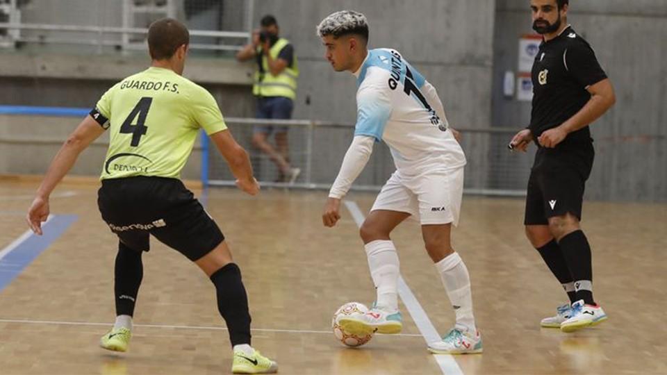Quintas, del JERUBEX Santiago Futsal, conduce el balón durante un partido (Fotografía: Xoan A. Soler / La Voz de Galicia)