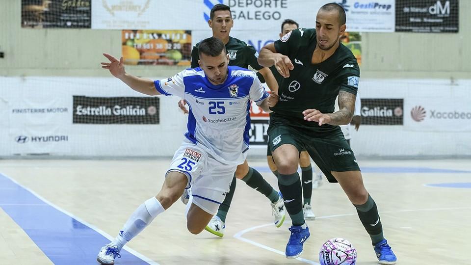 Kevin Chis, jugador de O Parrulo Ferrol, pugna por el balón con Alvarito, del CD Leganés.