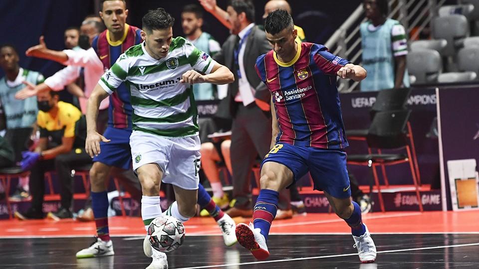 Merlim, jugador del Sporting CP, ante Marcenio, del Barça.