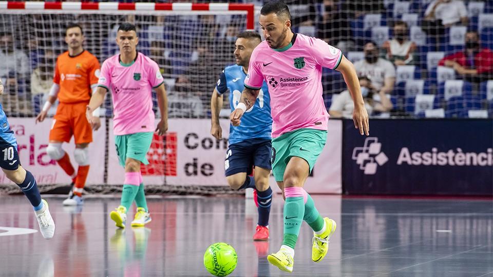 Ximbinha, del Barça, conduce el balón durante la XXXI Supercopa de España.