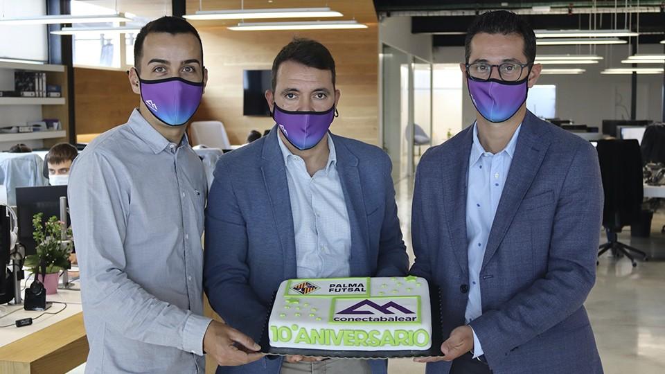 Sebastià Riera, José Tirado y Juan-Miquel-Durán con la tarta de celebración del décimo aniversario de colaboración-entre el Palma Futsal y Conectabalear.