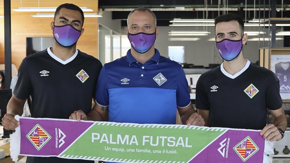 Diego Nunes, Vadillo y Eloy Rojas posan con la bufanda del Palma Futsal.