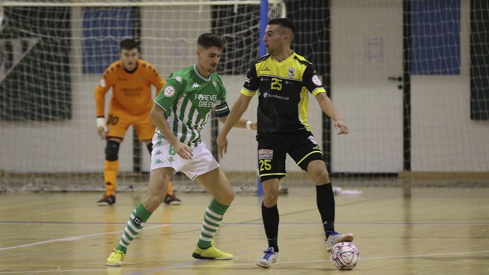 Kevin Chis, de O Parrulo Ferrol, retiene el balón.