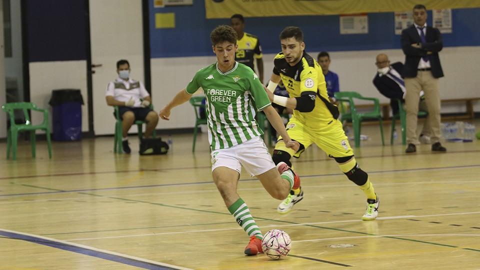 Guido, del Real Betis Futsal B, chuta a portería.
