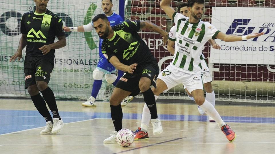 Diego Nunes, jugador del Palma Futsal, controla el balón