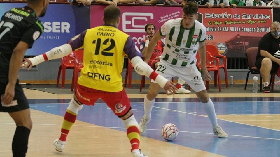 Ricardo, jugador de Córdoba Patrimonio, ante Barrón, portero del Palma Futsal.
