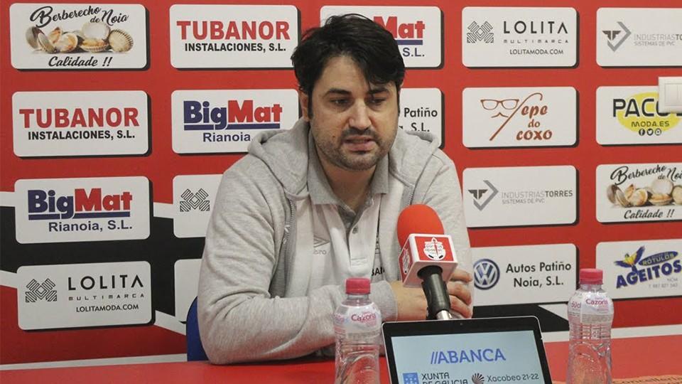 Marlon Velasco, entrenador del Noia Portus Apostoli, durante una rueda de prensa.