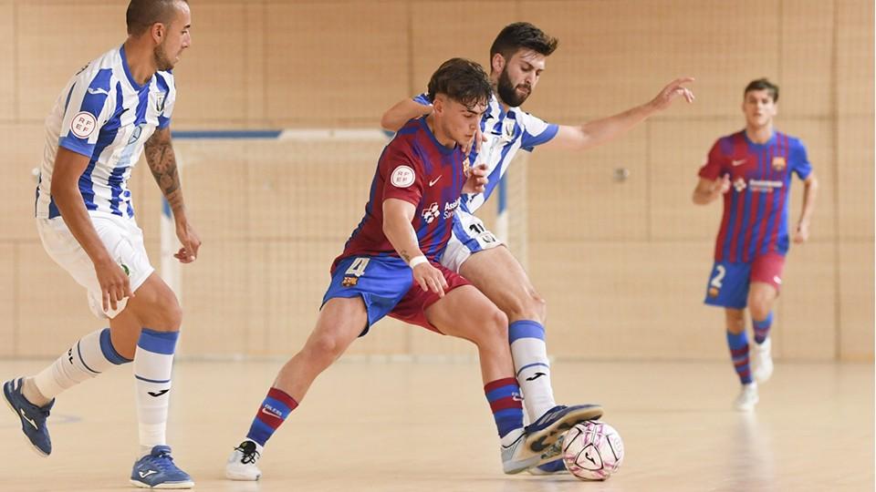 Carrasco, jugador del Barça B, pugna por el balón con un rival.