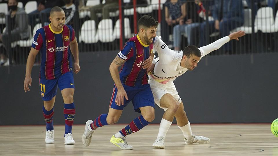 Adolfo, jugador del Barça, y Uri Santos, de Industrias Santa Coloma, pugnan por el balón.